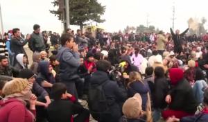 Guarda la versione ingrandita di Migranti sfondano confine Grecia-Macedonia. Sgombero Calais