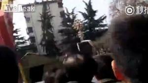 Guarda la versione ingrandita di VIDEO Si rompe cintura giostra: ragazzo precipita e muore