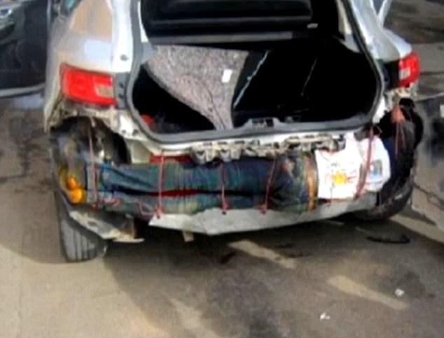 Spagna, migrante nascosto nel paraurti di un'auto4