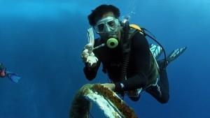Guarda la versione ingrandita di YOUTUBE Squalo balena intrappolato in corda da pesca