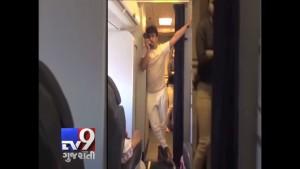 Star Bollywood canta in aereo: equipaggio sospeso 3