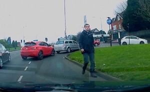 Guarda la versione ingrandita di VIDEO Tampona e scappa: altro automobilista prende chiavi