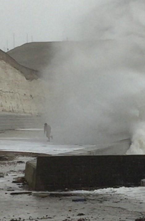 Tempesta Imogen uomo nudo corre verso onda gigante7