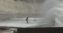 YOUTUBE Tempesta Imogen: uomo nudo corre verso onda gigante