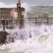 Tempesta Imogen uomo nudo corre verso onda gigante4