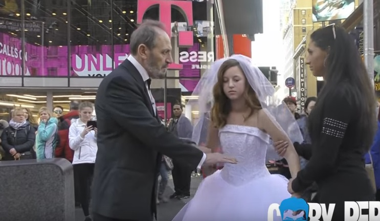 Times Square, a 65 anni sposa 12enne