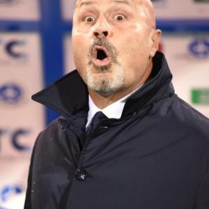 L'Udinese affonda l'Hellas Verona. Badu nel primo tempo e Thereau nella ripresa riportano la vittoria in casa bianconera che mancava dal 6 gennaio scorso, dal 2 a 1 rifilato all'Atalanta. Aggrappata nel momento del bisogno a capitan Di Natale, che si carica sulle spalle la squadra e risponde presente, l'Udinese balza a quota 30 punti in classifica e si tira fuori dalla zona calda della classifica. L'Hellas Verona non ce la fa e affonda sempre più. Dopo le speranze riaccese con il trend positivo dell'ultimo mese, culminato una settimana fa nella vittoria del derby, la squadra di Delneri è ormai con un piede già in serie B. Un colpo di testa di Badu, alla mezz'ora, regala il vantaggio all'Udinese alla fine del primo tempo. I bianconeri, passati in settimana dal 3-5-2 al 4-3-3, sono meglio disposti in campo rispetto agli avversari e creano almeno un paio di belle occasioni da gol non sfruttate a dovere. Bruno Fernandes, schierato esterno nel tridente d'attacco, ci prova con un bel tiro che chiama Gollini alla respinta in angolo. E poi con un diagonale che passa davanti alla linea di porta senza che Guilherme e Thereau trovino la deviazione vincente. Tentativi che sfociano poi nel vantaggio orchestrato da un bell'assist di capitan Di Natale e finalizzato dalla torsione di testa di Badu, partito però in una posizione di off-side non segnalato dall'assistente di Doveri. L'Hellas è praticamente inesistente. Incapace di rendersi pericoloso. L'unico squillo gialloblu arriva solo al 38' con un sinistro di Pazzini che chiama in causa Karnezis al primo intervento del match. Le speranze del Verona si spengono definitivamente al 12' del secondo tempo con il raddoppio firmato da Thereau. Servito da un pallone al bacio ancora di capitan Di Natale e tenuto in gioco da Fares, il francese supera Gollini al secondo tentativo. Il colpo del ko arriva forse nel miglior momento ospite, con un Verona rovesciato in attacco e vicino al pareggio già nei primissimi minuti della ripresa con un t