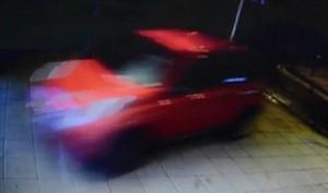 Ubriaca, sfonda la vetrina di un negozio con l'auto VIDEO