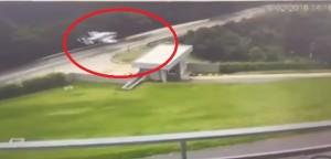 YOUTUBE Atterraggio d'emergenza, l'aereo plana in strada