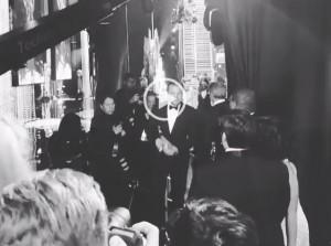 Guarda la versione ingrandita di YOUTUBE DiCaprio festeggia così l'Oscar nei camerini...