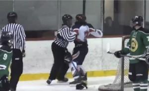 YOUTUBE Hockey, giocatore picchia e sputa arbitro: arrestato