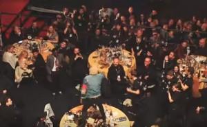 YOUTUBE Oli Sykes devasta a calci il tavolo dei Coldplay
