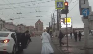 Scende dall'auto e abbandona lo sposo al semaforo
