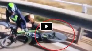 YOUTUBE Volta Valenciana: bici a terra, ma ruota gira ancora