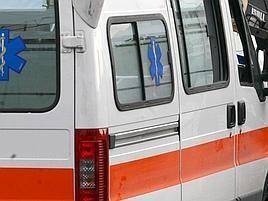 Ambulanza soccorre e stop traffico, dalle auto urla e sassi