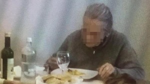 Guarda la versione ingrandita di Savona, vecchietta scroccona mangia nei bar e non paga conto