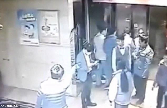 YOUTUBE Calcio volante contro porte ascensore: gambe rotte