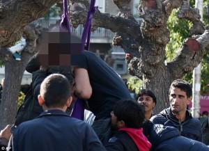 YOUTUBE Migranti si impiccano a albero in piazza Atene FOTO