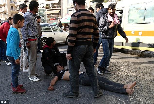 YOUTUBE Migranti si impiccano a albero in piazza Atene FOTO6