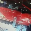 YOUTUBE Auto sfonda vetrine del ristorante: 4 feriti 2