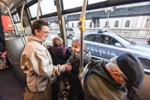 Genova, si stacca sportello nel bus: passeggera in ospedale