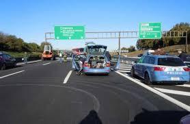 Guarda la versione ingrandita di Roma, camion cisterna si ribalta su A1: traffico in tilt