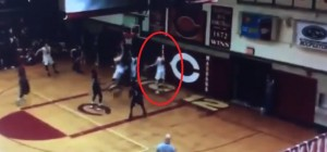 YOUTUBE Giocatore di basket salta e…sembra sospeso in aria