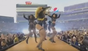 YouTube, Beyoncè balla e rischia di cadere al Superbowl