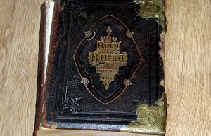 """""""Bibbia posseduta"""" in vendita su eBay: se la compri..."""