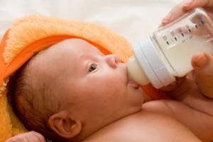 Guarda la versione ingrandita di Dieta vegana, neonata non cresce: beveva solo latte mandorla