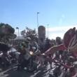 Vento soffia troppo forte: ciclisti cadono a terra2