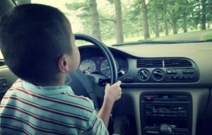 Guida a 8 anni: vigili lo fermano. Maxi multa di 5mila euro