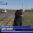 Reporter infastidito da cane interrompe diretta