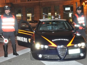 Guarda la versione ingrandita di Carabinieri di pattuglia a Bolzano. Uno di loro è stato aggredito da un giovane ubriaco che ne aveva chiesto l'intervento