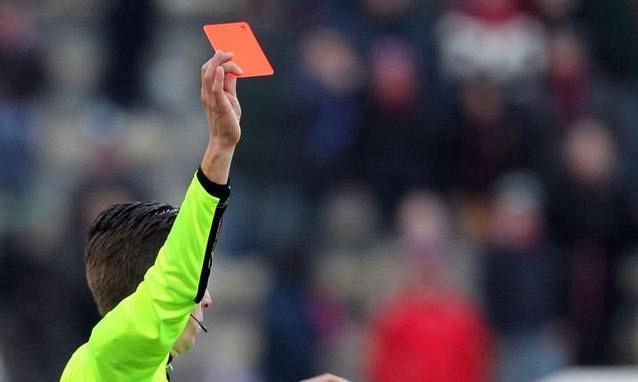 Roma, giocatore espulso picchia arbitro a sangue