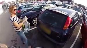 VIDEO Ciclista furioso contro donna in auto ma i commenti…