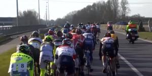 Guarda la versione ingrandita di YOUTUBE Ciclista Broeckx travolto da moto della diretta tv