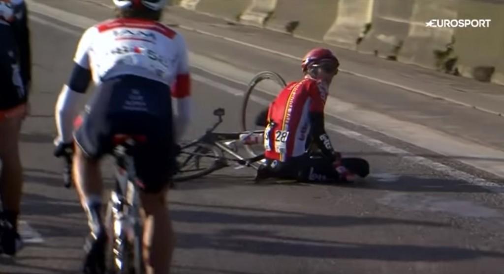 Ciclista Broeckx travolto da moto della diretta tv 4
