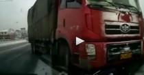 Camion trascina scooter per 10 metri, il motociclista..VIDEO