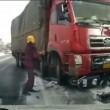 Camion trascina scooter per 10 metri, il motociclista