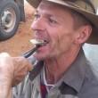 YOUTUBE Dentista improvvisato con pinze, scalpello e cartone2