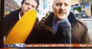 YouTube, il giornalista e il disturbatore con la banana