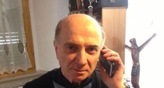 Don Giorgio, il parroco che benedice smartphone e tablet 3