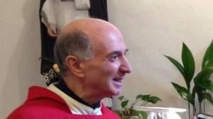 Guarda la versione ingrandita di Don Giorgio, il parroco che benedice smartphone e tablet
