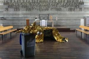 Donna pulizie scambia opera d'arte per rifiuti e...la butta