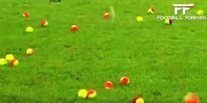 Guarda la versione ingrandita di YOUTUBE Lancio palline tennis in campo contro caro biglietti