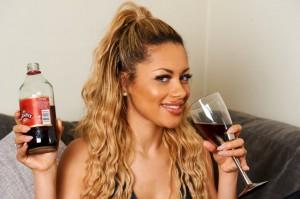 Guarda la versione ingrandita di Ella beve 2 bottiglie d'aceto a settimana:
