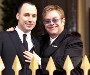 Guarda la versione ingrandita di Sanremo, Elton John porta marito. Spot pro coppie gay?