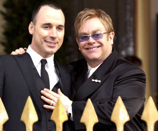 Sanremo, Elton John porta marito. Spot pro coppie gay?