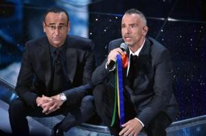 Guarda la versione ingrandita di Sanremo, Giovanni Toti: Sul palco col tricolore per i marò